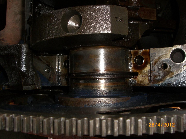 2012_04_28 vervangen rear main seal bearing foto 3.JPG