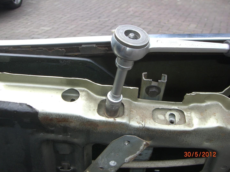 2012_05_30 raam rechtsachter losdraaien ivm verw. buitenste beltline.JPG