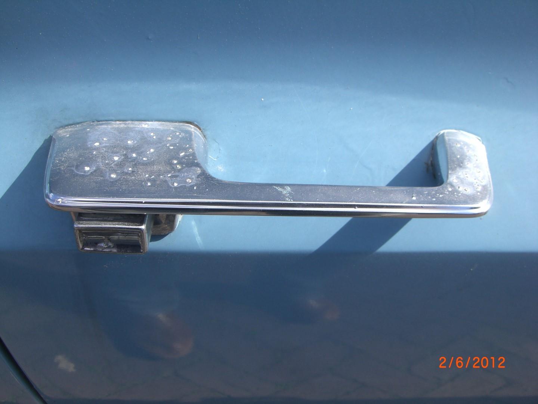 2012_06_02 deurgreep rechtsachter pitting in chroom.JPG