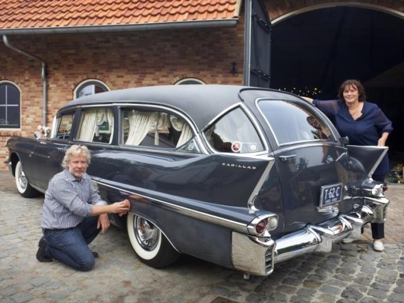Mari en Jacqueline van Uden met de 1958 Eureka Hearse.JPG