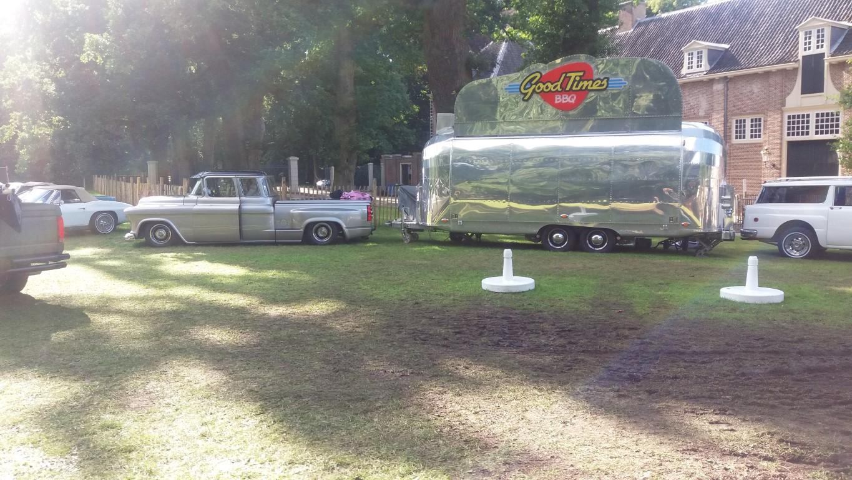 Chevrolet Apache custom met snackwagen.jpg