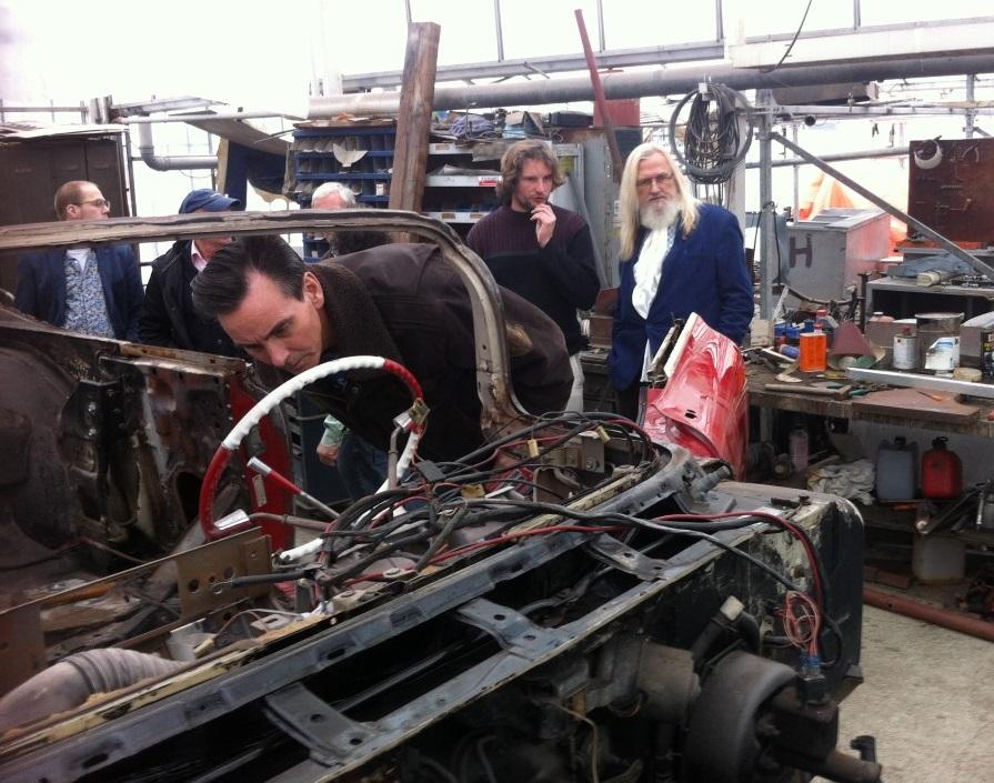 Jaap Bechthold kruipt achter het stuur, rechts Willem Spaans de schrijver van dit stuk.JPG